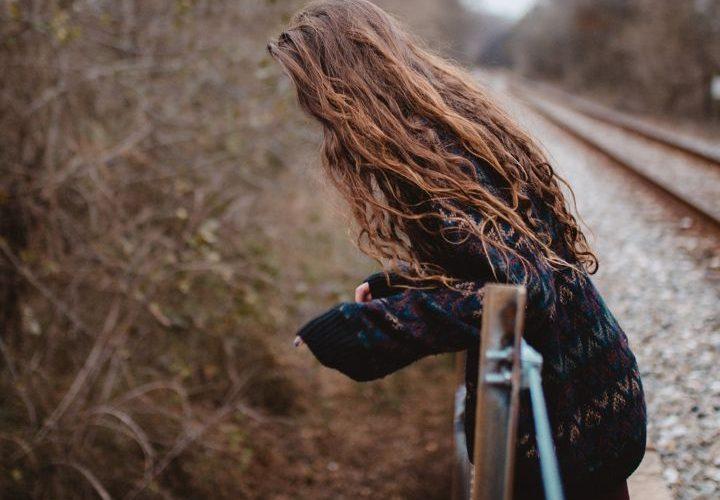 دختر زیبا با موهای بلند
