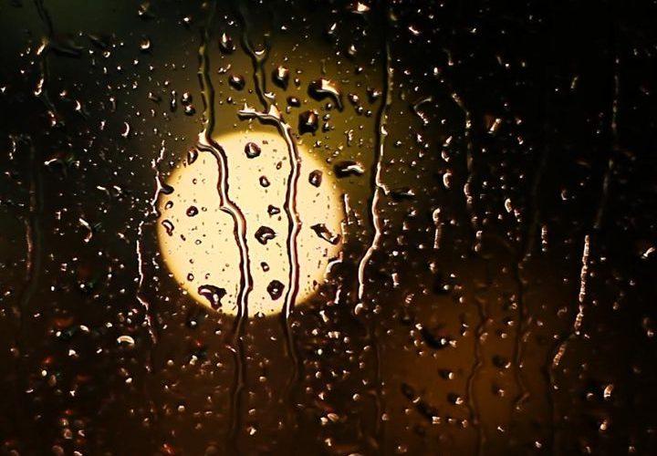 ماه پشت شیشه پنجره